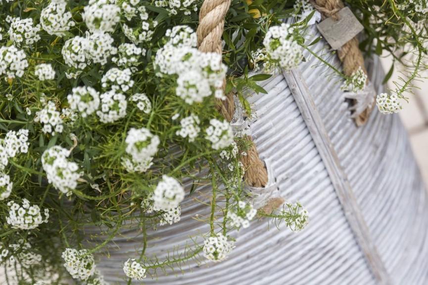 Modne zestawy rattanowe na taras – sprawdź, co w trawie piszczy!