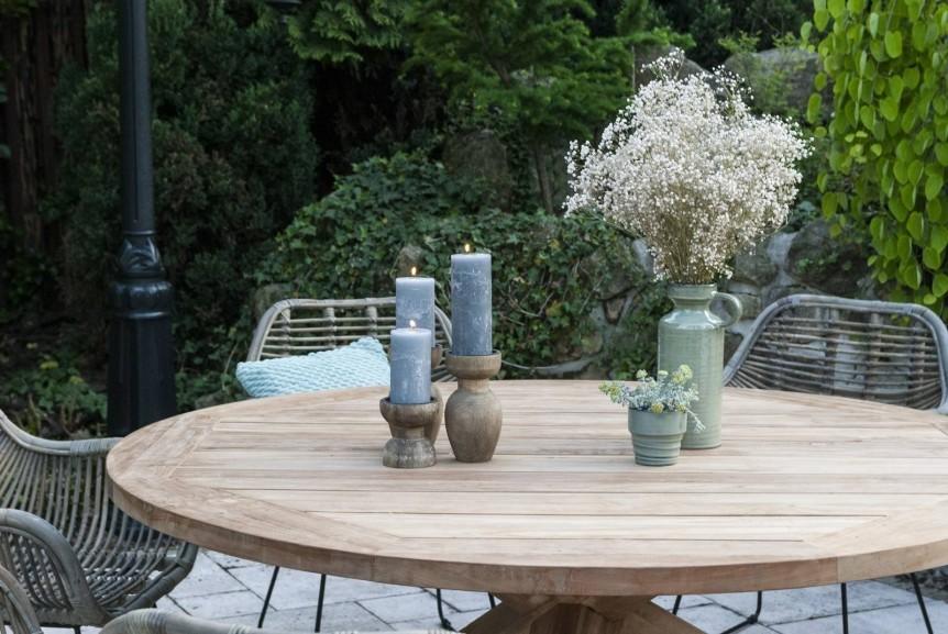 Stół z krzesłami na taras – powiew egzotyki
